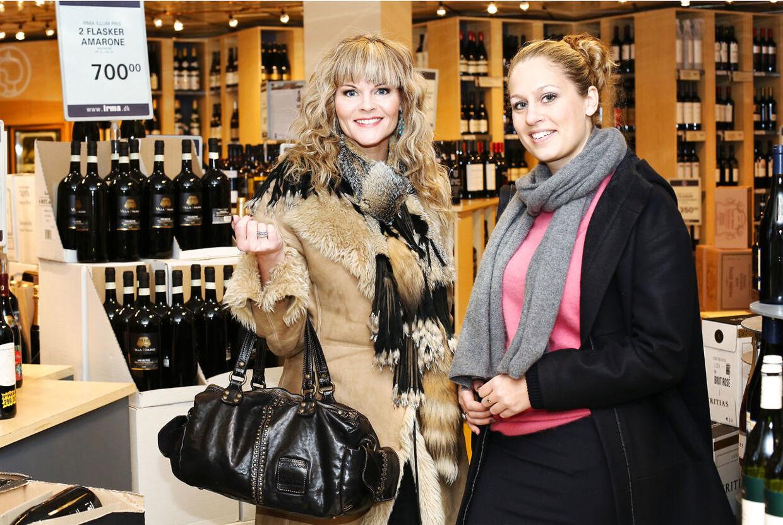 Sussi la Cour, bedre kendt som Katja Kean, på shopping med 'Luksusfældens' ekspert. I 2009 gik Katja K konkurs med sit firma, og siden har gælden kun vokset sig større. Hun har derfor valgt at tage imod et tilbud fra TV3, der skal skabe mere balance i hverdagen, og sammen med en række andre danskere med rod i økonomien er hun med i næste sæson af forbrugerprogrammet Luksusfælden.