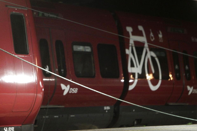 To mænd er anholdt - mistænkt for knivstikkeri i et københavnsk S-tog natten til søndag.