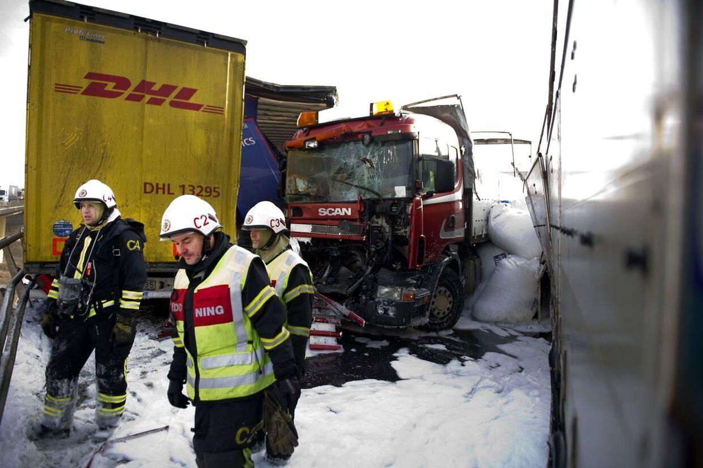Ulykken skete på Tranarpsbroen udenfor Klippan. E4 er lukket mellem Östra Ljungby og Åstorp.