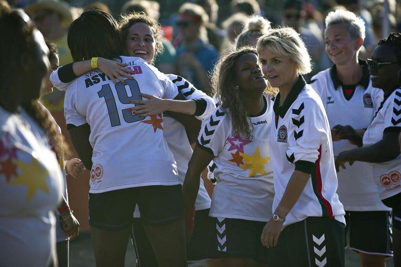 Ethold danske kendiskvinder spilledegadefodbold mod et holdasylkvinder fra forskellige centre rundt om i landet.Showkampen onsdag d. 4. juli om aftenenvar arrangeret af Christian Stadil og Hummel, og foregik på Roskilde Festivalens camping område.