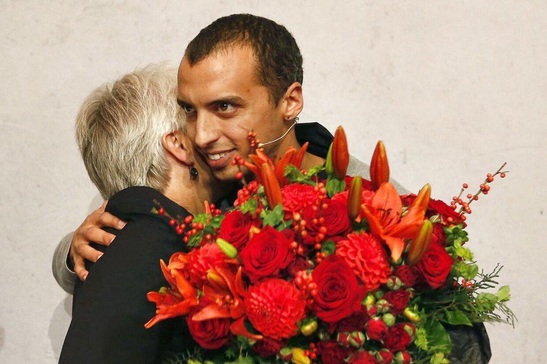 Mattias Tesfaye lykønsker Annette Vilhelmsen med valget som ny formand ved SF 's formandsvalg i Dronningesalen i Den Sorte Diamant lørdag 13. oktober 2012. Nu er han stoppet i SF