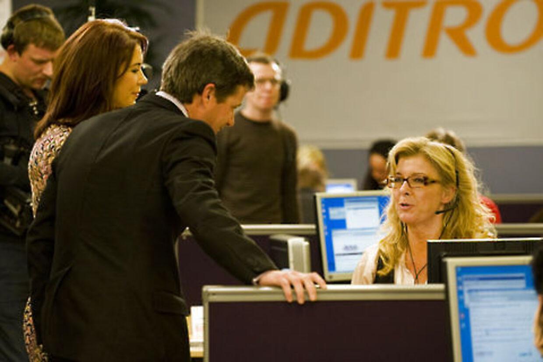 Kronprins Frederik og kronprinsesse Mary hilser på skuespilleren Paprika Steen i callcenteret, hvor mange kendte tog imod donationer fra seerne.