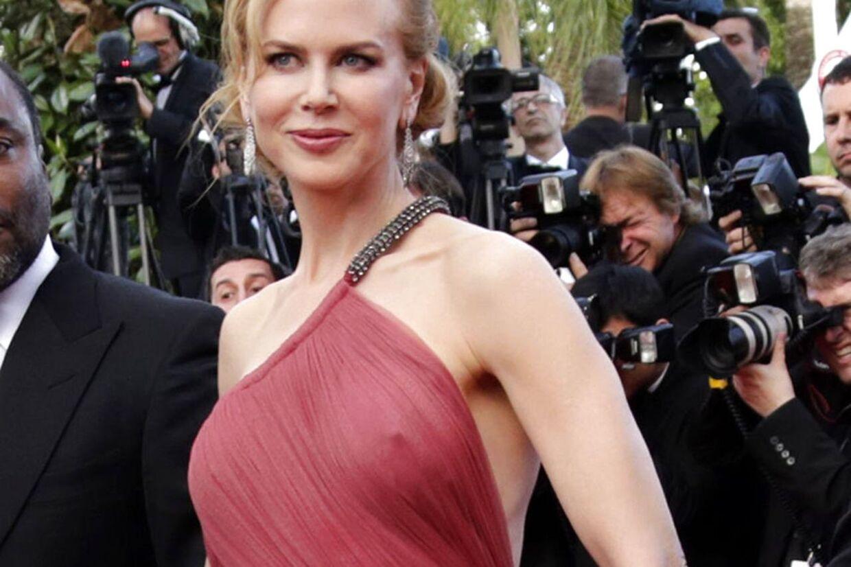 Nicole Kidman viser sin skønne barm frem frem på den røde løber.