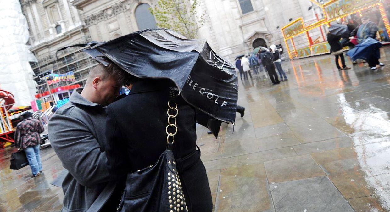 Briterne frygter den værste storm i over 30 år. ARKIVFOTO: EPA