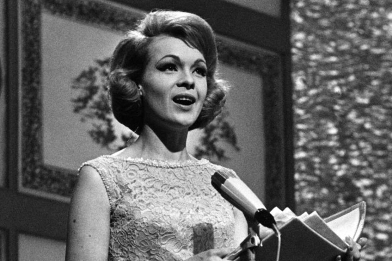 Den 22-årige speakerpige på DR, Lotte Wæver, var vært, da Danmark i 1964 for første gang var vært ved Det internationale Melodi Grand Prix.