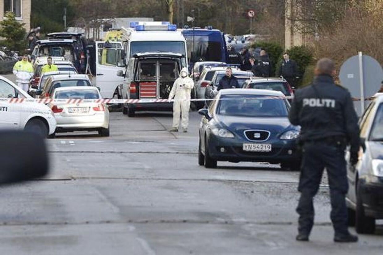 Politiet gør klar til at sprænge en genstand i Lars Hedegaards lejlighed