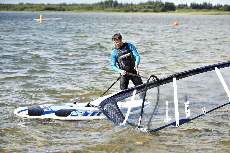 Her ses kronprinsen Frederik søndag eftermiddag på vandet Sø, hvor det ikke gik for godt. Efter en kortere tur med windsurferbrædtet måtte han opgive og gå i land.