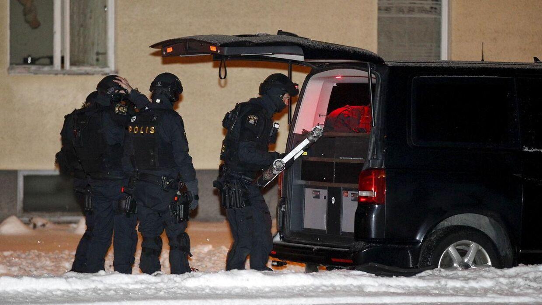 Svært bevæbnet politi udenfor asylcenteret i den svenske by Ljusne lidt uden for byen Söderhamn, hvor en person blev dræbt og tre såret under et slagsmål.