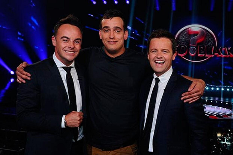 31-årige Nathan Hageman (i midten) sammen med de to værter i programmet Red or Black, efter han har vundet en million pund.
