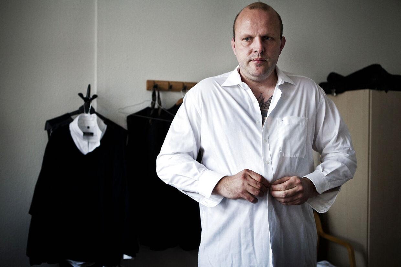 Lars Jensen er bedemand i Sønderborg. Familiefaderen er dog ikke den typiske bedemand, da hans fortid rummer en grum fortælling om drab, fængselsstraffe, overfald og et liv på flugt fra sin rockerfortid.
