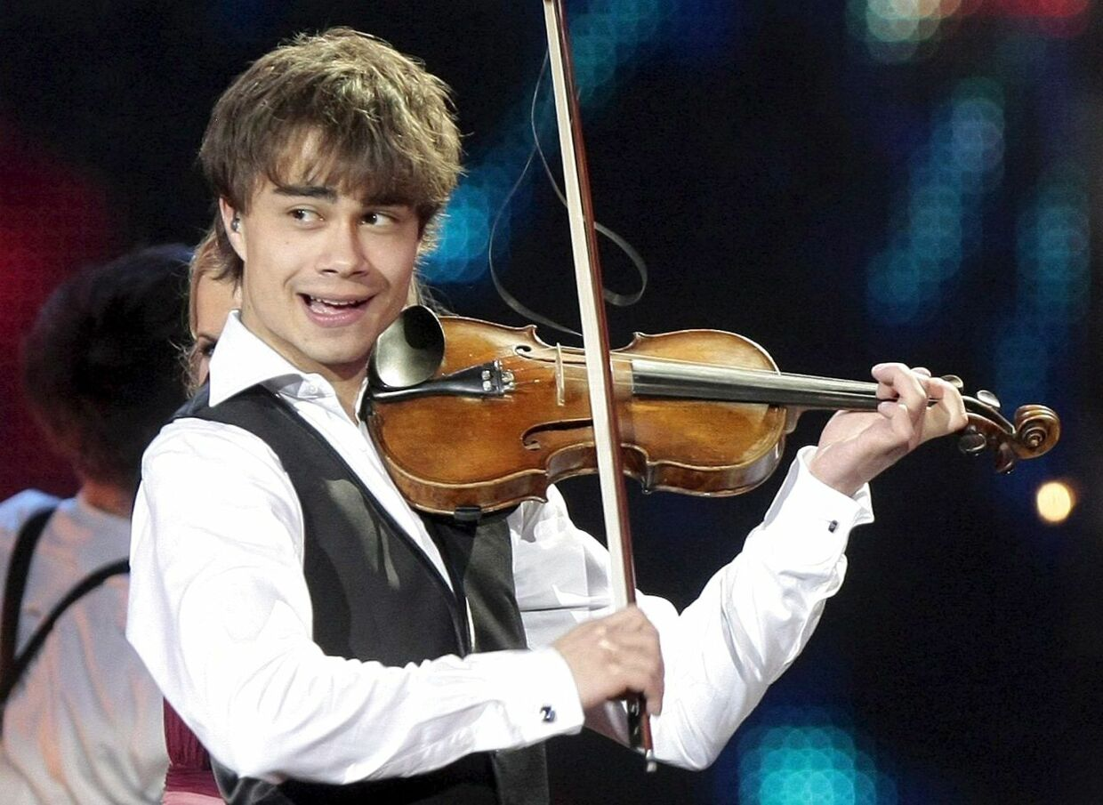 epa01733344 Alexander Rybak of Norway sings during the grand finale of the Eurovision Song Contest in Moscow, Russia, 16 May 2009. Rybak won the competition. EPA/ULRICH PERREY