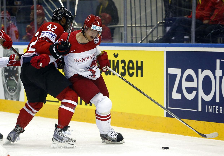 Philip Larsen skifter til finske Jokerit i den russiske liga, KHL. Her er han i kamp msd Canadas Joel Ward i sidste års VM i Minsk.