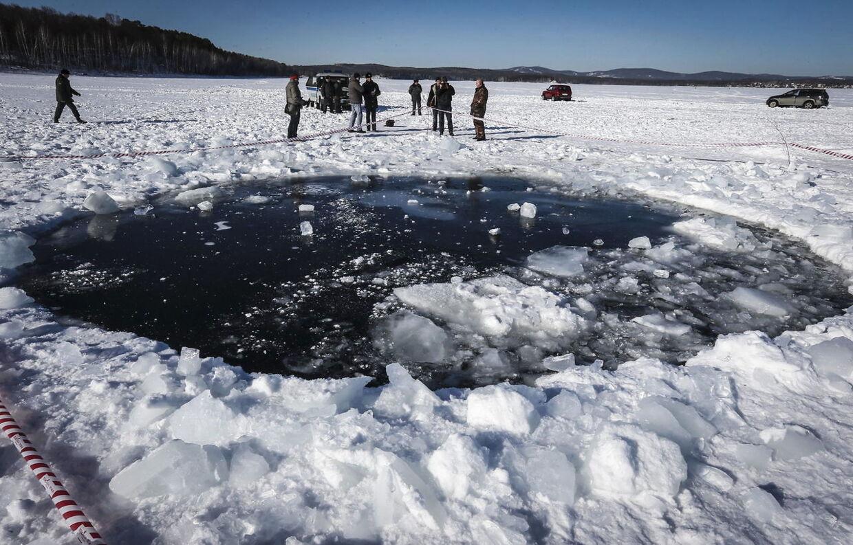 Russiske forskerne har nu fundet rester af den meteorit, der fredag ramte Jorden ved Uralbjergene i Rusland.