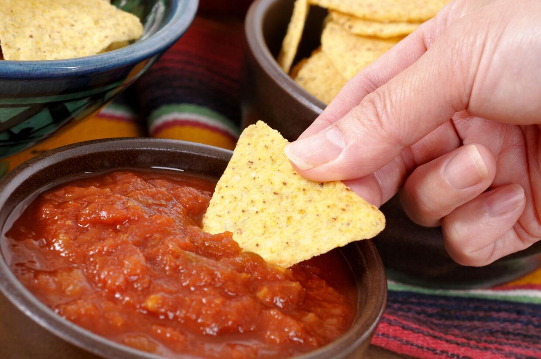 Ny undersøgelse viser, at det kan være farligt at dyppe sin chip to gange i dippen. Det er en bakteriebombe.