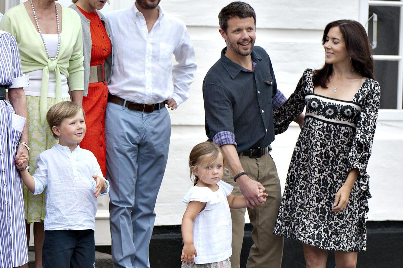 Kronprinsparret på Gråsten Slot i juli sammen med deres to børn, prins Christian på fire og prinssse Isabella på tre.