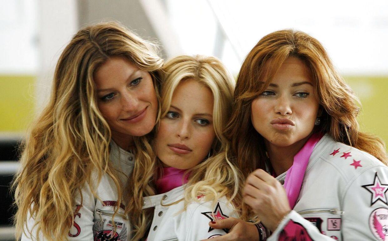 Tre af de kendte modeller Gisele Bundchen, Karolina Kurkova and Adriana Lima på vej til at blive fløjet til et Victoria's Secret-show. 2006.