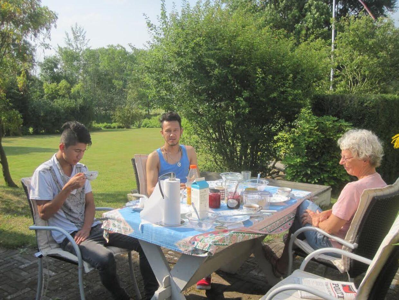 Lise Lomholt tog brødrene til sig, efter de kom til Danmark. Her er de i sommerhus på Ærø.