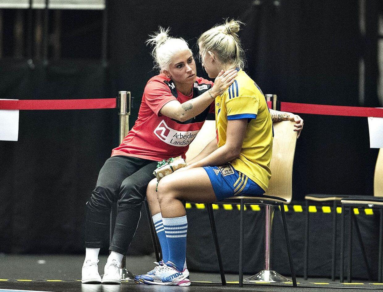 Kristina Kristiansen trøster Nathalie Hagman efter Danmarks sejr i håndbold-VM's ottendedelsfinale mod Sverige.