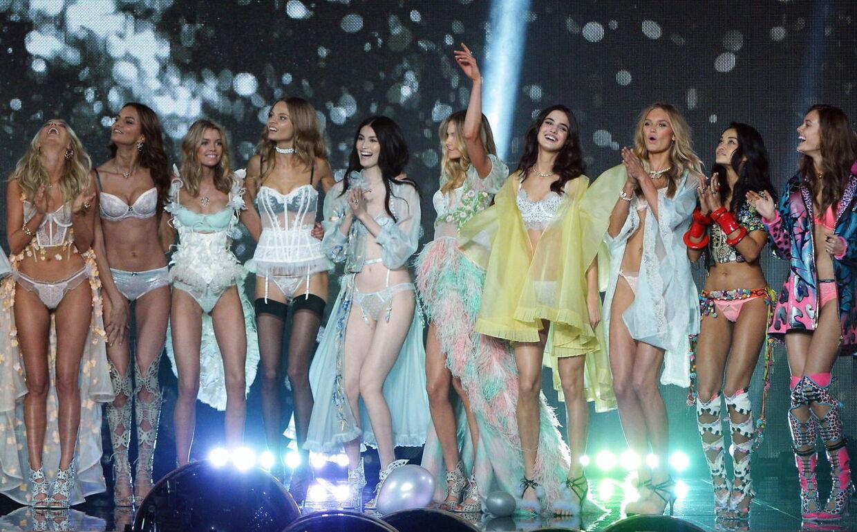 Den spanske model Blanca Padilla (Nr. 4 fra højre) poserer med andre modeller under Victoria Secrets modeshow i 2014. EPA/FACUNDO ARRIZABALAGA