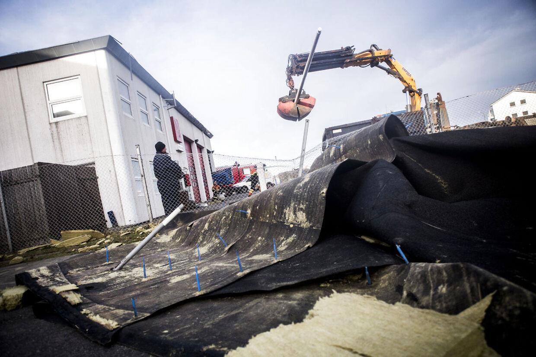 Stormen Egon rammer Nordvestjylland. Taget på Brandstationen i Hirtshals er blæst af, oprydningsarbejde i gang.