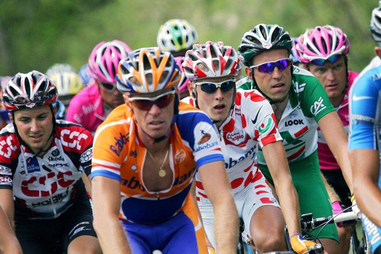 Erik Dekker og Michael Rasmussen nåede at køre sammen på Rabobank. Her i 2005, hvor Dekker (i den åbentstående Rabobank-trøje) fører feltet an med Michael Rasmussen iklædt den polkaprikkede bjergtrøje.
