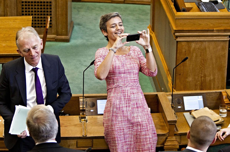 Pia Kjærsgaard er ikke tilfreds med medlemmerne af Folketingets brug af smartphone i folketingssalen.