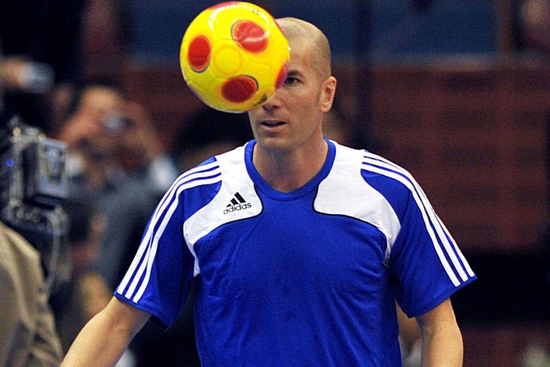 Zinedine Zidane kan stadig få bolden til - næsten - at tale. Her ved et indendørsstævne i Algeriet i 2010, hvor bolden dog er en noget anden udgave end den, Adidas har udviklet til EM-slutrunden næste sommer.