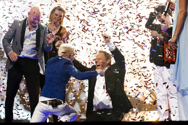 Sådan så øjeblikket ud i 2011, da Sarah blev kåret til vinder af X Factor. Dommer og mentor Cutfather får en krammer, og i baggrunden er det dommer Thomas Blachman, værtinde Lise Rønne samt deltagerne Annelouise og Babou.