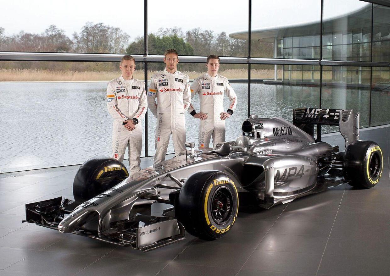 Kevin Magnussen til vestre, Jenson Button i midten og Stoffel Vandoorne til højre.