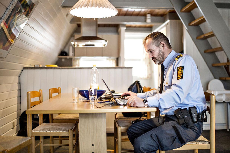 Grænsekontrol ved Rødby Færgehavn. Kim Dueholm fra Nordsjællands politi sidder i en campinghytte ved Lalandia og venter på at hans vagt skal begynde. Regeringen har indført midlertidig grænsekontrol og 200 betjente er blevet udstationeret langs de danske grænser for at lave stikprøvekontrol af de indrejsende.
