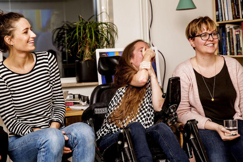 Hun er 30 år gammel, hun sidder i kørestol og kan ikke trække vejret uden en respirator. Sarah Glerup har muskelsvind - og er fuld af livsmod. Med et trestemmigt ja fra dommerne, bragte stemme og udstråling hende videre i X Factors sæsonpremiere fredag aften.