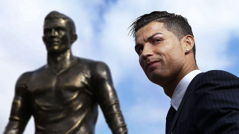 Det er denne statue af Cristiano Ronaldo i Funchal på den portugisiske ø Madeira, som er blevet udsat for hærværk. Her ses den portugisiske verdensstjerne ved offentliggørelsen af statuen i 2014.