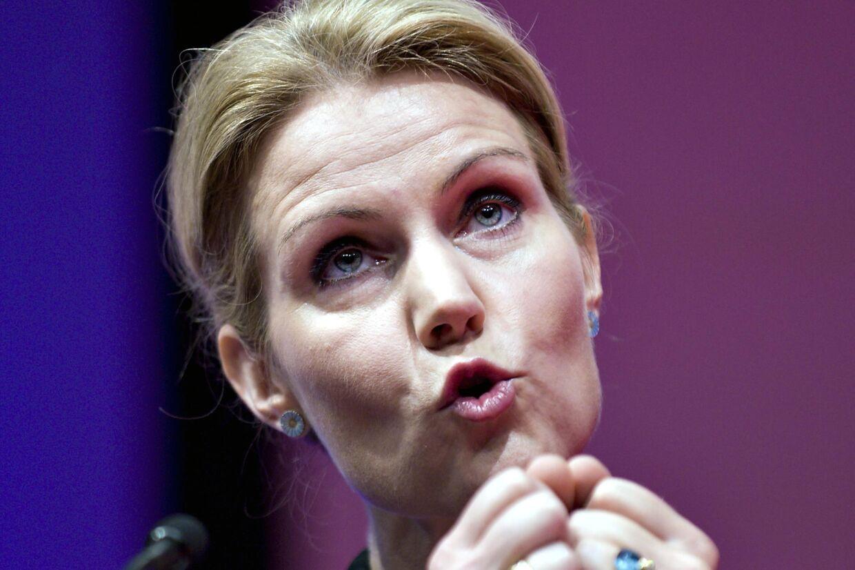 Skattesagen om Helle Thorning-Schmidt og hendes mand Stephen Kinnock har fået Thorning til at udbryde i sang. I hvert fald hævder Radio 100FM muntert, at de har fået Thorning til mikrofonen med sin helt egen sang: Jeg sætter min skat som jeg vil.