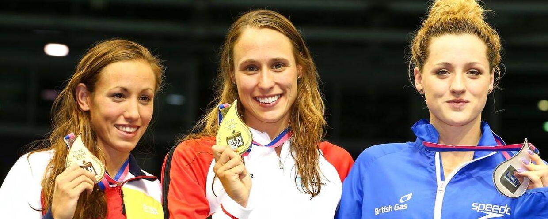 Rikke Møller Pedersen (midten), flankeret af henholdsvis Molly Renshaw og Jessica Vall Montero, viser medaljen frem ved EM i Berlin