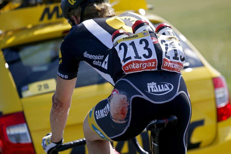 Tyler Farrar efter et styrt under sommerens Tour de France. I Tour Down Under styrtede han igen, hvorefter han lånte en tilskuers cykel og kørte i mål.