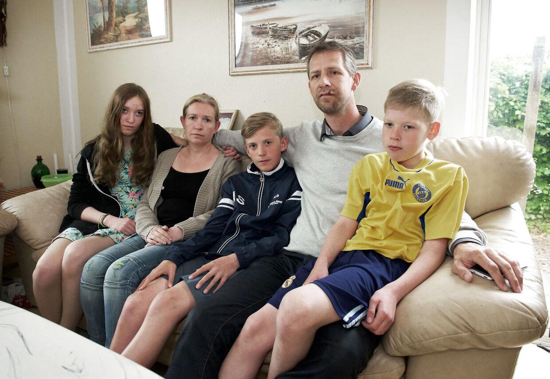 Tonni Stage og Tina Stage, sammen med deres tre børn på 9, 13 og 14. Hele familien var hjemme, da det uventet politibesøg fandt sted.