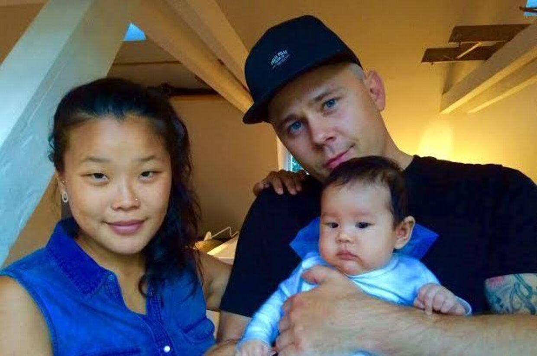 Kæresteparret Rikke Bjerge og Jesper Helles med deres datter Maya Mi. På sikker grund efter ulykken, hvor den 11 uger gamle baby blæste i vandet i Københavns Havn. Det var kun faderens lynhurtige indsats, der reddede den lille baby. (Privatfoto)