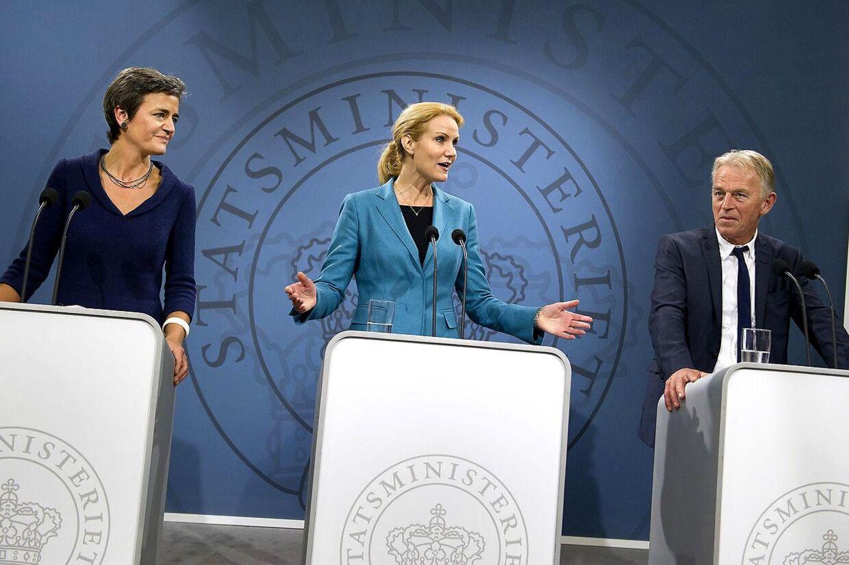 Helle Thorning-Schmidt, Margrethe Vestager og Villy Søvndal må bare trække på skuldrene. Løfter, der ikke kan holdes, vælter frem.