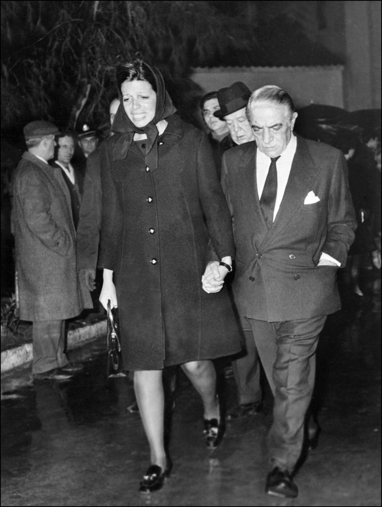 Christina Onassis og hendes far Aristotle Onassis, der forlader hospitalet i Athen efter Alexanders død i 1973.