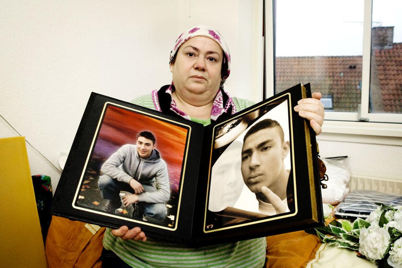 Tyrkiske Gülsen Uzun mistede sin søn Deniz, da han blev slået ned under sit arbejde som avisbud på Amager i København i 2008. 5 januar 2009 starter retssagen mod de tre formodede gerningsmænd. Her viser hun det sidste billede af Deniz, (siddende på hug) taget blot fem timer inden han blev dræbt.
