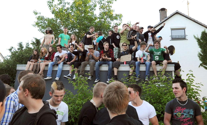 Omkring 1500 facebook-medlemmer mødte fredag op til en fest i en forstad til Hamborg, som de ved en fejl var blevet inviteret til. Politiet måtte sætte afspærringer op, for at beskytte hjemmet til dden uheldige 16-årige fødselar, der ved en fejl havde inviteret de mange mennesker.