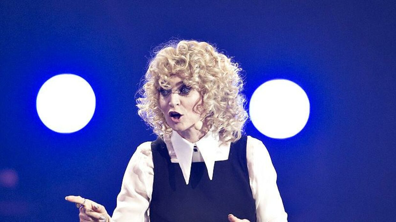 Annette Heicks store, krøllede hår har fået DR til at drille aftenens Melodi Grand Prix-vært med et får.