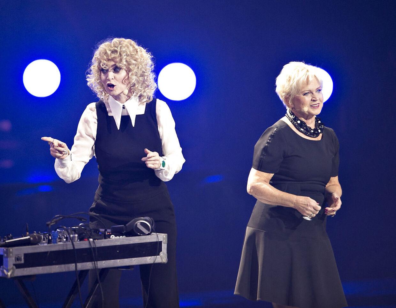 Der var fredag aften generalprøve på det danske Melodi Grand Prix i Forum Horsens. Her ses værterne Annette Heick, Hilda Heick på scenen.