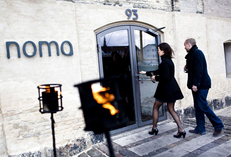 """Restaurant Noma må onsdag nøjes med to stjerner fra Guide Michelin. Det på trods af, at restauranten to gange har toppet den prestigefyldte San Pellegrinos liste over verdens 50 bedste restauranter. Men Guide Michelin mener altså ikke, at restauranten er """"værd at rejse efter"""" - blot """"en omvej værd"""", som to stjerner i den berømte guidebog betyder."""