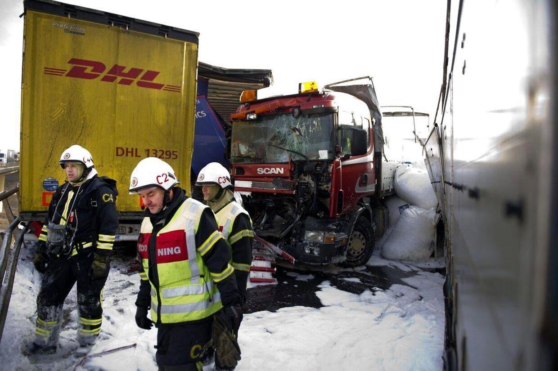 To modige kvinder advarede bilisterne om ulykken på broen i Sverige tirsdag.