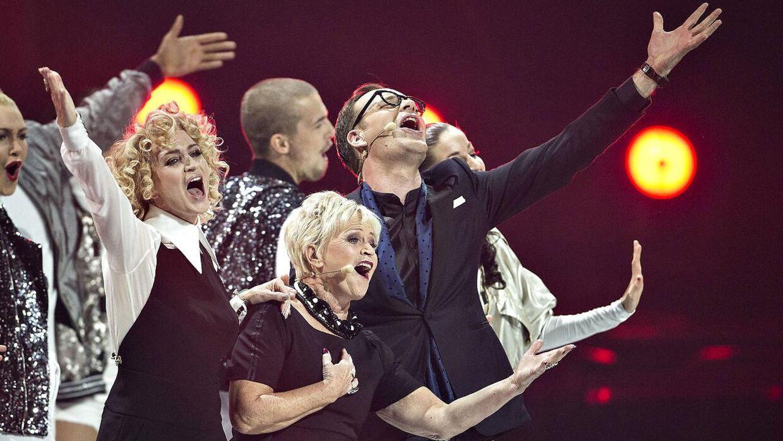 Melodi Grand Prix' værter Annette Heick, Hilda Heick og Jacob Riising på scenen under generalprøven.