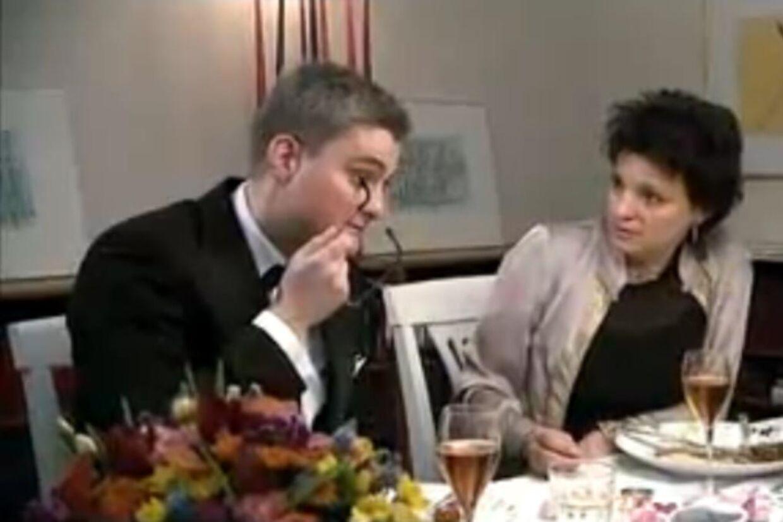 """Udviklingsminister Søren Pind (V) underholder i Kanal 4's madprogram """"4-stjerners Middag"""" med at banke på sit glasøje."""