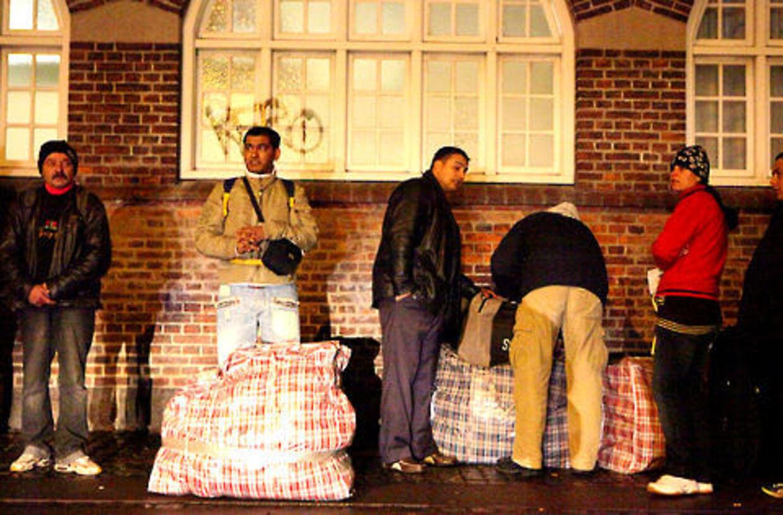 Rumænerne ventede i Reventlowsgade på bussen til Rumænien med enorme mængder bagage. Politiet kunne dog ikke beviser, at der var tyvekoster blandt de tasker, betjentene kunne nå at undersøge.