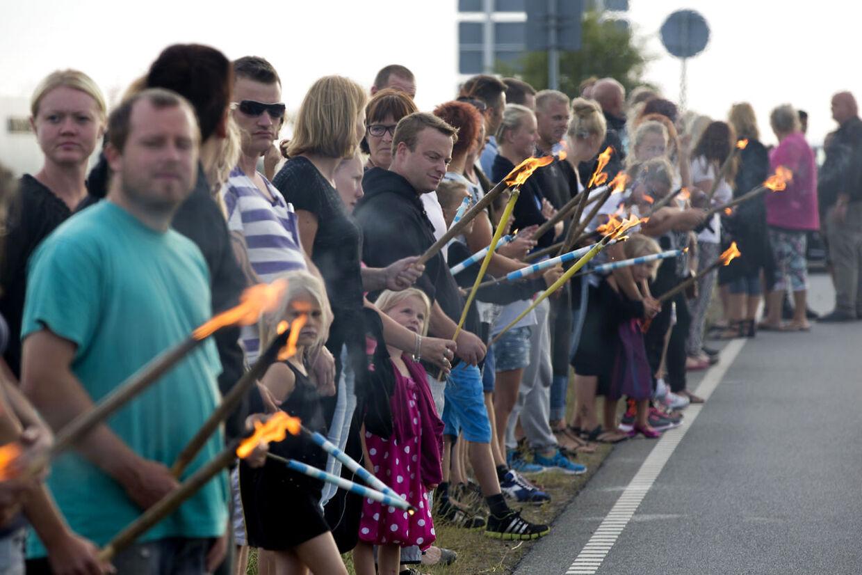 Flere hundrede søgende var samlet torsdag aften ved motorvejsnedkørsel 73 nær Kliplev, hvor der blev tændt fakler, sat lys og lagt blomster ved stedet, hvor den 21-årige Kamilla Hantusch blev fundet dræbt onsdag.