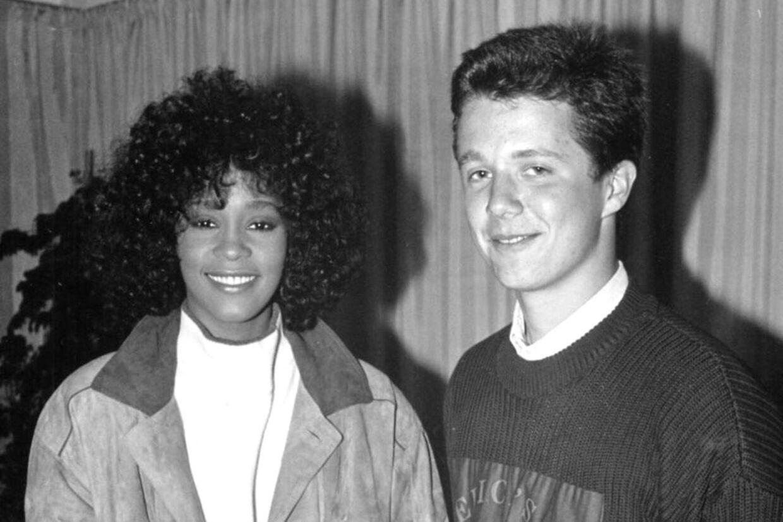 Kronprins Frederik sammen med sangerinden Whitney Houston da hun gav koncert i Valbyhallen i København i 1988.